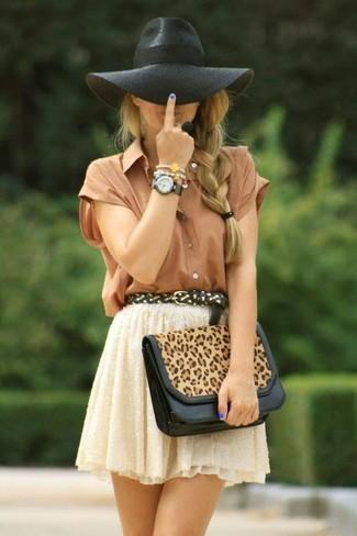 Cómo combinar: sombrero de lana negro, cartera sobre de cuero de leopardo marrón claro, falda skater de encaje en beige, camisa de manga corta de seda marrón