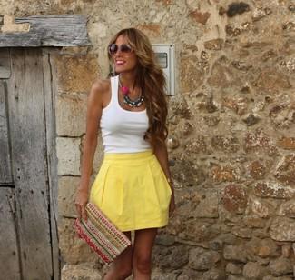 Cómo combinar: gafas de sol marrónes, cartera sobre bordada en multicolor, falda skater amarilla, camiseta sin manga blanca