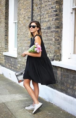 Vestido negro con tenis
