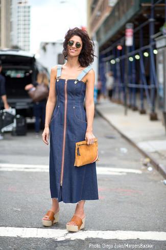 Cómo combinar: gafas de sol verde oscuro, cartera sobre de ante marrón claro, chinelas de cuero marrón claro, vestido midi vaquero azul marino