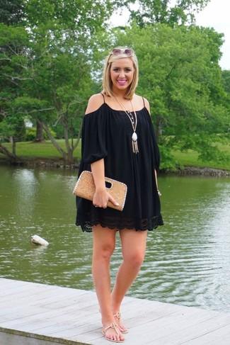 Cómo combinar: colgante blanco, cartera sobre de cuero marrón claro, sandalias de dedo de cuero en beige, vestido con hombros al descubierto negro