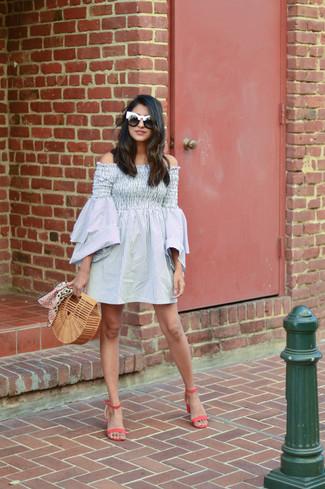Cómo combinar: gafas de sol en negro y blanco, cartera sobre de paja marrón claro, sandalias de tacón de cuero rosa, vestido con hombros al descubierto de rayas verticales gris