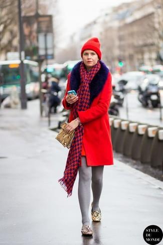Cómo combinar: gorro rojo, cartera sobre de cuero con print de serpiente marrón claro, mocasín de cuero con adornos marrón claro, abrigo con cuello de piel rojo