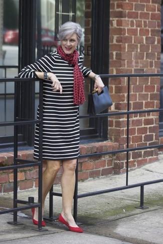 Combinar una cartera sobre de cuero: Un vestido recto de rayas horizontales en negro y blanco y una cartera sobre de cuero son una opción grandiosa para el fin de semana. Bailarinas de ante rojas son una opción atractiva para complementar tu atuendo.