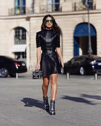 Combinar unas gafas de sol verdes: Elige un vestido skater de cuero negro y unas gafas de sol verdes para un look agradable de fin de semana. ¿Te sientes valiente? Completa tu atuendo con botines con cordones de cuero plateados.
