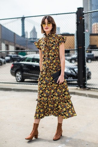 Combinar unos botines: Haz de un vestido midi con print de flores amarillo tu atuendo para una vestimenta cómoda que queda muy bien junta. Botines son una opción práctica para completar este atuendo.
