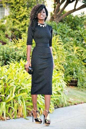 Cómo combinar: collar blanco, cartera sobre de cuero negra, sandalias de tacón de cuero con adornos negras, vestido ajustado a lunares en gris oscuro