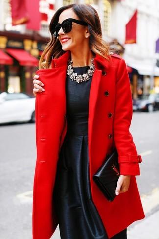 Cómo combinar: collar transparente, cartera sobre de cuero negra, vestido de vuelo de satén negro, abrigo rojo