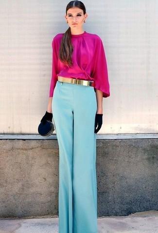 Cómo combinar: guantes de ante negros, cartera sobre de ante negra, pantalones anchos celestes, blusa de manga larga rosa