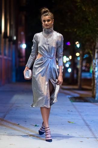 Cómo combinar: pendientes plateados, cartera sobre de satén con adornos plateada, zapatos de tacón de ante negros, vestido tubo con recorte plateado