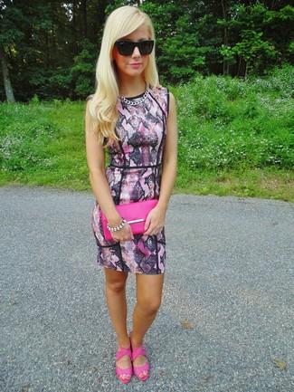 Cómo combinar: gafas de sol negras, cartera sobre de cuero rosa, sandalias de tacón de cuero rosa, vestido ajustado con print de serpiente rosado