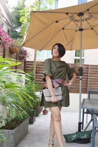 Cómo combinar: bufanda estampada en multicolor, cartera sobre de cuero con estampado geométrico gris, sandalias de tacón de cuero con print de serpiente grises, mono corto verde oliva