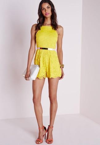 Cómo combinar: correa de cuero rosada, cartera sobre de cuero blanca, sandalias de tacón de cuero naranjas, mono corto de encaje amarillo