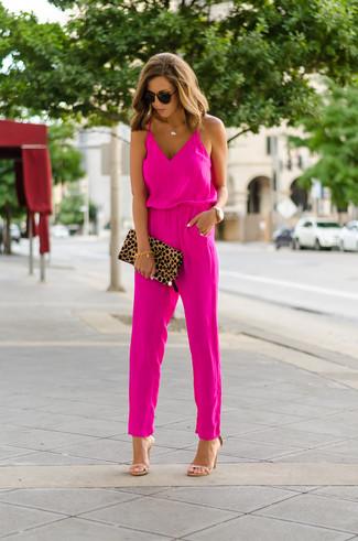 Combinar unas gafas de sol en marrón oscuro en clima caliente: Un mono rosa y unas gafas de sol en marrón oscuro son una opción estupenda para el fin de semana. Un par de sandalias de tacón de cuero marrón claro se integra perfectamente con diversos looks.