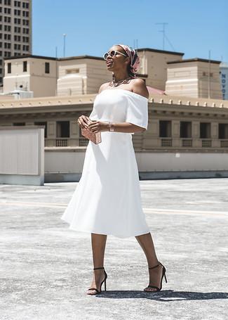 Outfits mujeres: Utiliza un vestido con hombros al descubierto blanco transmitirán una vibra libre y relajada. Sandalias de tacón de cuero negras son una opción perfecta para completar este atuendo.