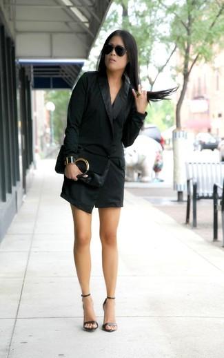 Cómo combinar: gafas de sol negras, cartera sobre de cuero negra, sandalias de tacón de cuero negras, vestido de esmoquin negro