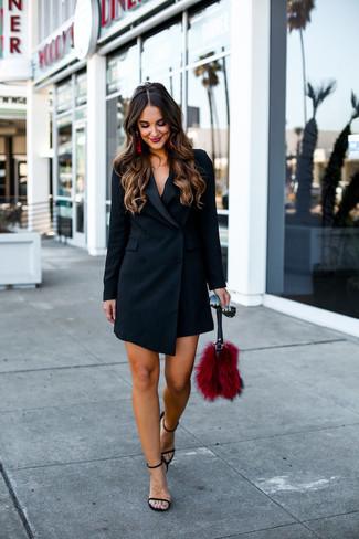 Cómo combinar: gafas de sol negras, cartera sobre de pelo roja, sandalias de tacón de cuero negras, vestido de esmoquin negro