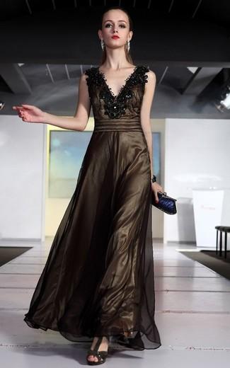 Cómo combinar: pulsera plateada, cartera sobre azul marino, sandalias de tacón de ante en marrón oscuro, vestido de noche de malla con adornos en marrón oscuro