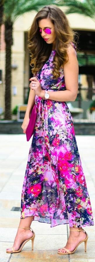 Cómo combinar: gafas de sol rosa, cartera sobre de cuero rosa, sandalias de tacón de cuero marrón claro, vestido largo con print de flores rosa