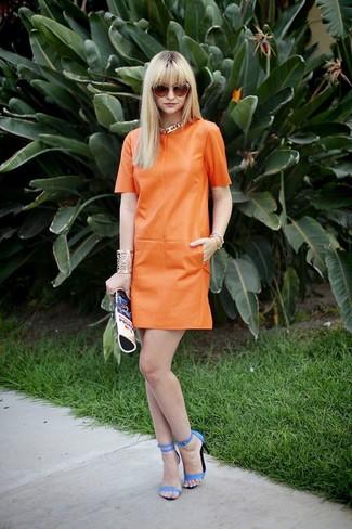 Cómo combinar: gafas de sol naranjas, cartera sobre de cuero estampada azul, sandalias de tacón de cuero azules, vestido recto de cuero naranja