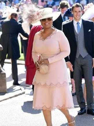 Cómo combinar: sombrero con adornos blanco, cartera sobre de cuero en beige, sandalias de tacón de cuero blancas, vestido tubo rosado