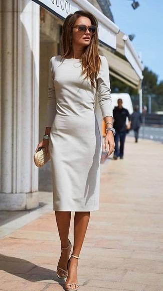 Cómo combinar: gafas de sol en marrón oscuro, cartera sobre de cuero dorada, sandalias de tacón de cuero en beige, vestido tubo gris