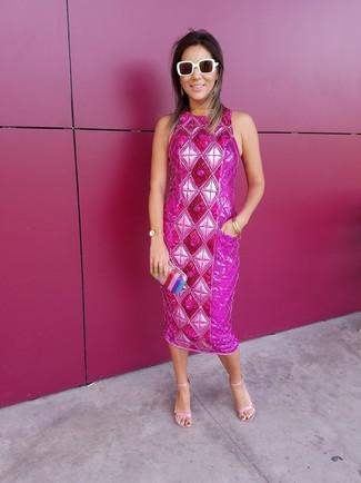 Cómo combinar: gafas de sol blancas, cartera sobre de rayas verticales en multicolor, sandalias de tacón de cuero rosadas, vestido tubo con adornos rosa