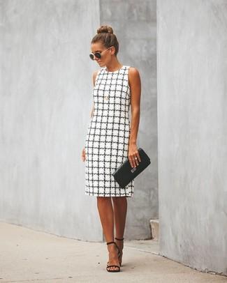 Cómo combinar: gafas de sol en negro y dorado, cartera sobre de cuero acolchada negra, sandalias de tacón de cuero negras, vestido tubo a cuadros en blanco y negro