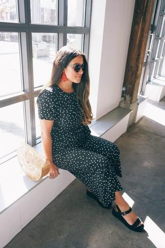 Cómo combinar: gafas de sol negras, cartera sobre de paja en beige, sandalias planas de cuero negras, mono a lunares en negro y blanco