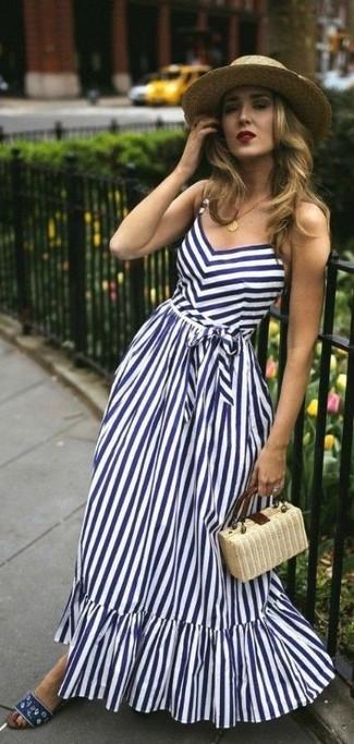 Cómo combinar: sombrero de paja marrón claro, cartera sobre de paja en beige, sandalias planas de lona azul marino, vestido largo de rayas verticales en blanco y azul marino