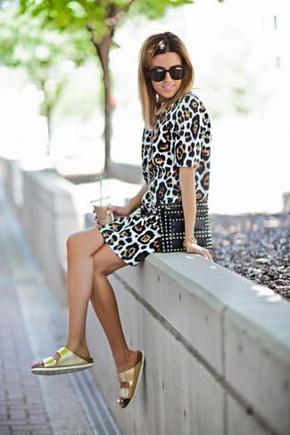 Cómo combinar: gafas de sol negras, cartera sobre de cuero con tachuelas negra, sandalias planas de cuero doradas, vestido tubo de leopardo marrón claro