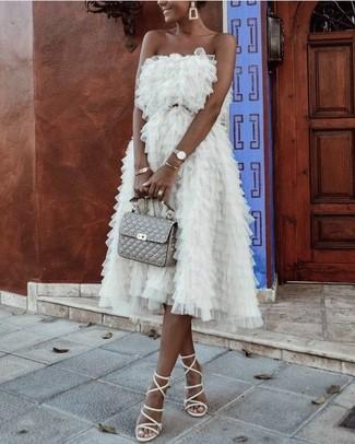 Cómo combinar: pulsera dorada, cartera sobre de cuero acolchada gris, sandalias romanas de cuero blancas, vestido de fiesta de tul blanco
