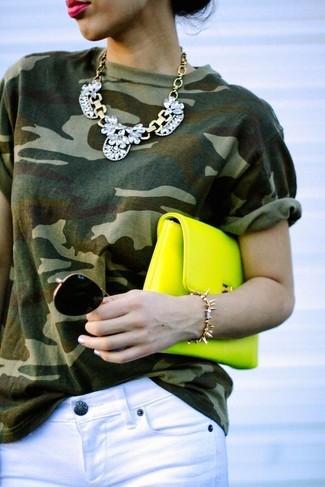 Cómo combinar: collar plateado, cartera sobre de cuero en amarillo verdoso, vaqueros pitillo blancos, camiseta con cuello circular de camuflaje verde oliva
