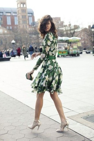 Cómo combinar: cartera sobre verde oscuro, sandalias de tacón de cuero doradas, vestido skater con print de flores verde