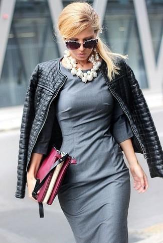 Cómo combinar: gafas de sol con adornos negras, cartera sobre de cuero burdeos, vestido tubo gris, chaqueta motera de cuero acolchada negra