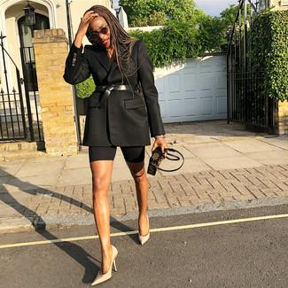 Cómo combinar: cinturón de cuero negro, cartera sobre de cuero estampada en marrón oscuro, zapatos de tacón de satén en beige, blazer negro