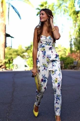 Combinar unos zapatos de tacón de cuero amarillos: Haz de un mono con print de flores blanco tu atuendo transmitirán una vibra libre y relajada. Zapatos de tacón de cuero amarillos son una opción práctica para completar este atuendo.