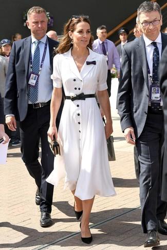 Combinar unos pendientes dorados: Equípate una vestido camisa blanca junto a unos pendientes dorados para un look agradable de fin de semana. Completa el look con zapatos de tacón de ante negros.