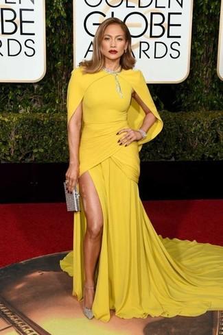 Cómo combinar: collar transparente, cartera sobre de lentejuelas plateada, zapatos de tacón de lentejuelas plateados, vestido de noche amarillo