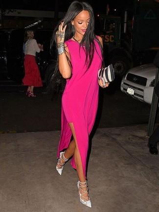 Cómo combinar: collar plateado, cartera sobre de cuero de rayas verticales en negro y blanco, zapatos de tacón de cuero blancos, vestido largo rosa