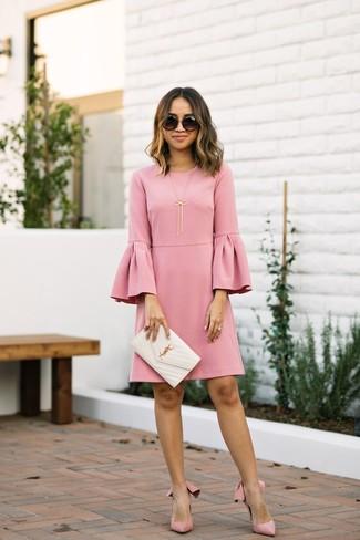 Cómo combinar: gafas de sol negras, cartera sobre de cuero acolchada blanca, zapatos de tacón de ante rosados, vestido recto con volante rosado