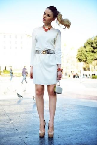 Cómo combinar: cinturón de cuero plateado, cartera sobre de cuero con adornos gris, zapatos de tacón de cuero en beige, vestido recto blanco