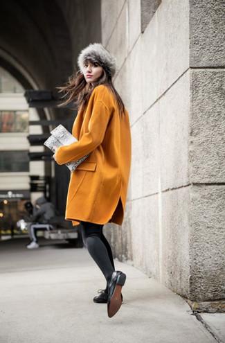 Cómo combinar: sombrero de piel gris, cartera sobre de cuero con print de serpiente gris, zapatos oxford de cuero negros, abrigo mostaza