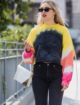 Cómo combinar: gafas de sol negras, cartera de cuero blanca, vaqueros negros, sudadera efecto teñido anudado en multicolor