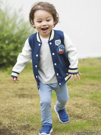 Cómo combinar: cazadora de aviador azul marino, camiseta blanca, pantalón de chándal celeste, zapatillas azules