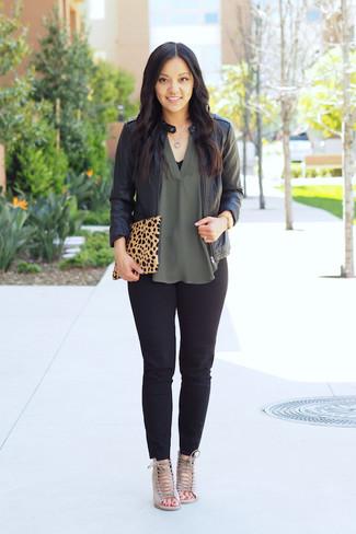 Look de moda: Cazadora de aviador de cuero negra, Blusa sin mangas de seda verde, Pantalones pitillo negros, Sandalias de tacón de ante en beige