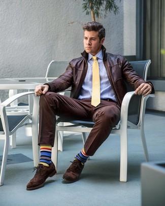 Cómo combinar: cazadora de aviador de cuero en marrón oscuro, camisa de vestir celeste, pantalón de vestir en marrón oscuro, zapatos brogue de ante en marrón oscuro