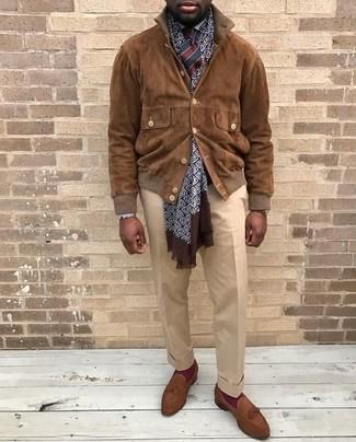 Cómo combinar: cazadora de aviador de ante marrón, camisa de vestir blanca, pantalón de vestir en beige, mocasín con borlas de ante marrón
