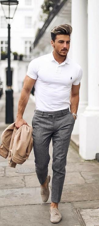 Cómo combinar: cazadora de aviador en beige, camisa polo blanca, pantalón de vestir en gris oscuro, mocasín con borlas de ante en beige
