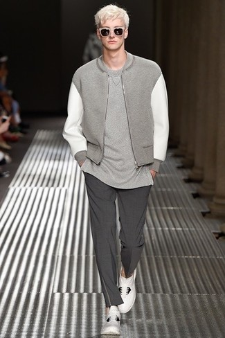 Cómo combinar: cazadora de aviador gris, camiseta con cuello circular gris, pantalón de vestir en gris oscuro, deportivas en blanco y negro